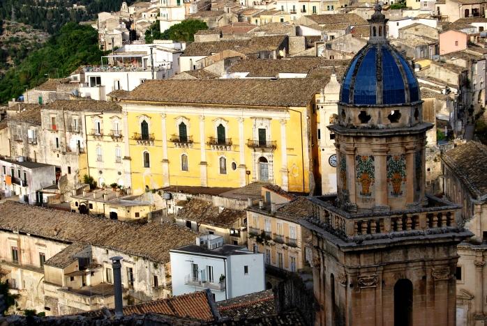 Ripide salite che si acciambellano lungo palazzi nobiliari, chiese barocche, edicole votive.