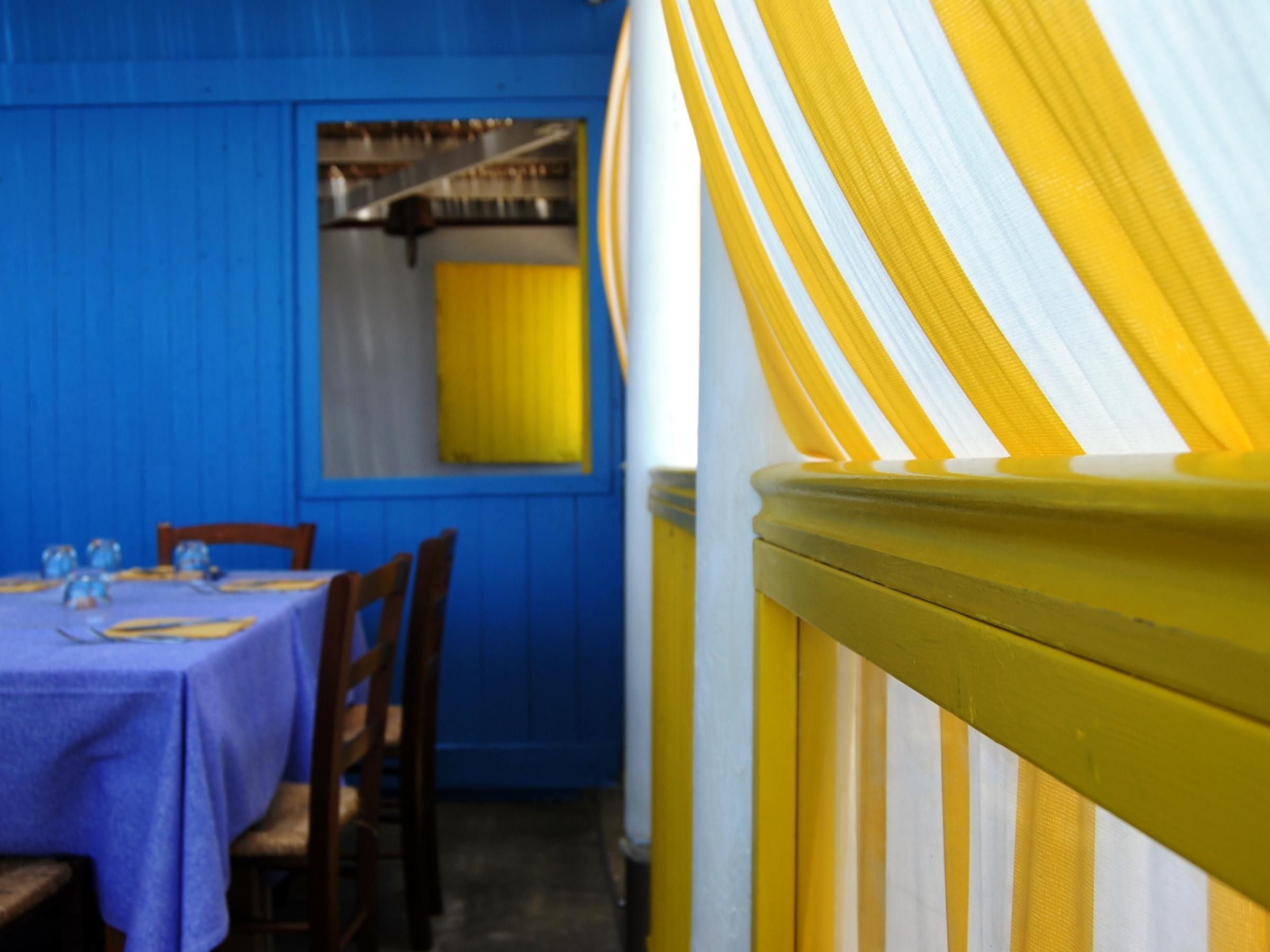 Gli interni del ristorante Enzo a Mare a Puntasecca