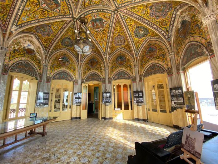 La Palazzina dei Quattro Pizzi. Sul piano, il dettaglio della residenza voluta dallo zar di Russia