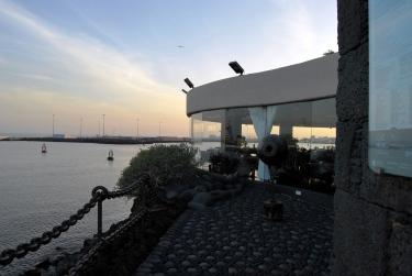 Castillo de San José. Il ristorante affacciato sul porto di Arrecife