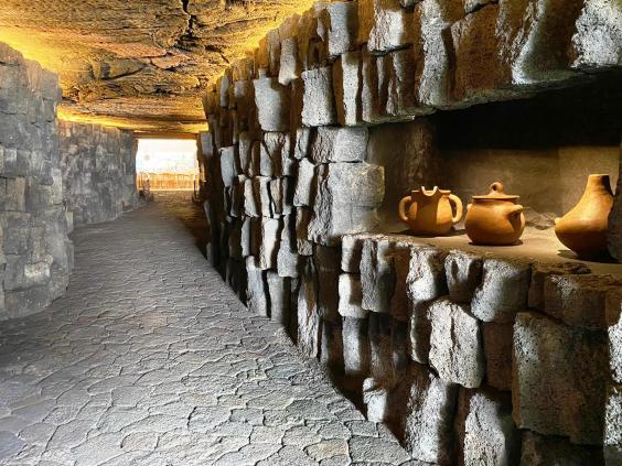 La galleria scavata nella lava che porta al ristorante