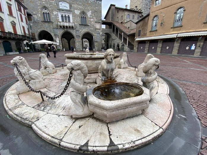 Bergamo. Fontana Contarini