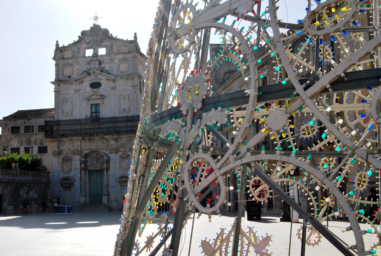 Siracusa. Piazza Duomo e sullo sfondo, Santa Lucia alla Badia