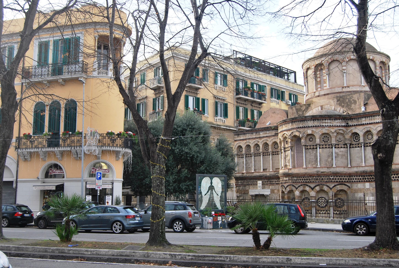 Messina. La Chiesa dei Catalani accanto uno dei palazzi Coppedè lungo via Garibaldi