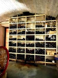 La parete dedicata ai vini di cantine amiche, cantine nuove, cantine da scoprire